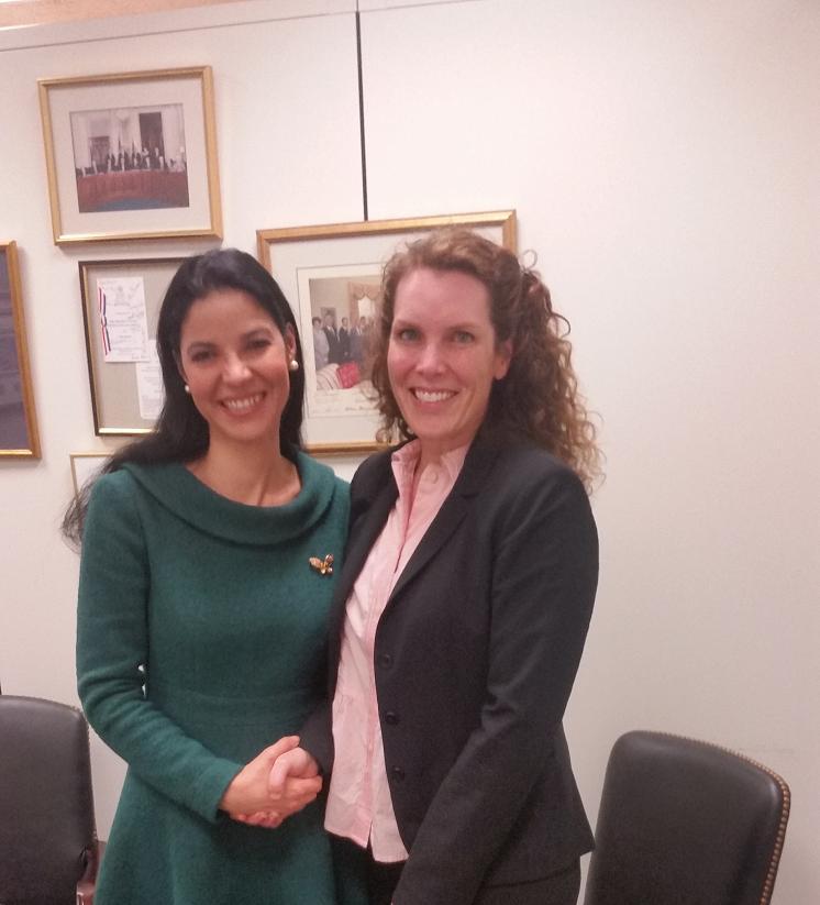 Alături de şefa de cabinet a senatoarei Dianne Feinstein, Jennifer Duck